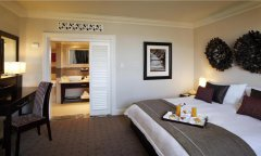 Cascades-peacock-suite-bedroom.jpg