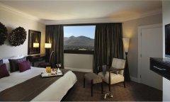 cascades-flmingo-suite-bedroom.jpg